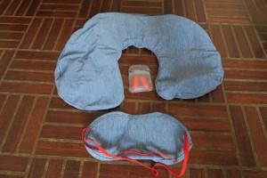 Kit indispensable au voyage à mettre dans son sac à dos : bouchons d'oreilles, masque occultant et oreiller gonflable