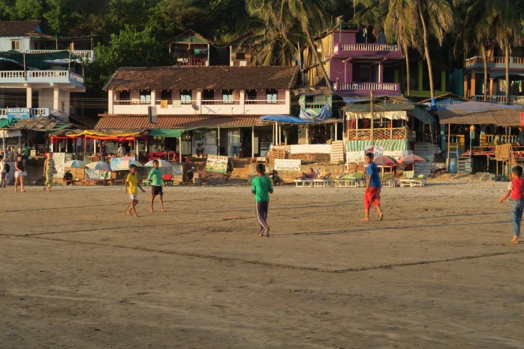 Jeunes indiens jouant au football a goa