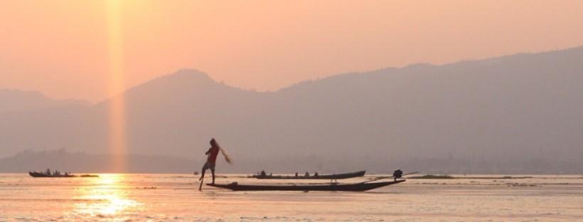 Pêcheur au Lac Inle en Birmanie au soleil couchant
