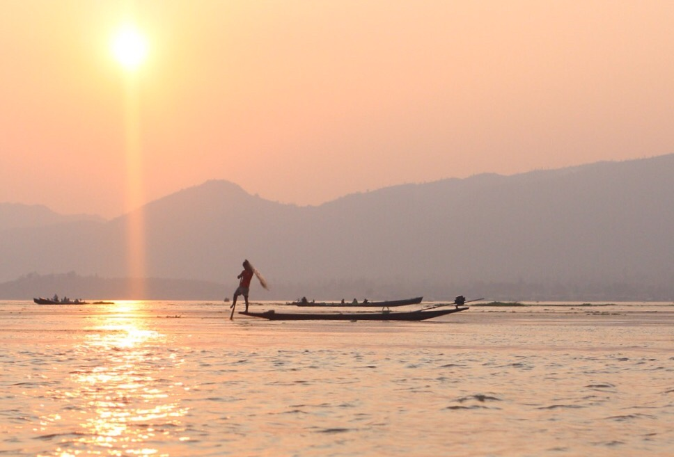 Lac Inle en Birmanie au soleil couchant