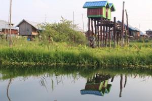 Maisons sur le lac Inle en Birmanie vue à la fin de la randonnée