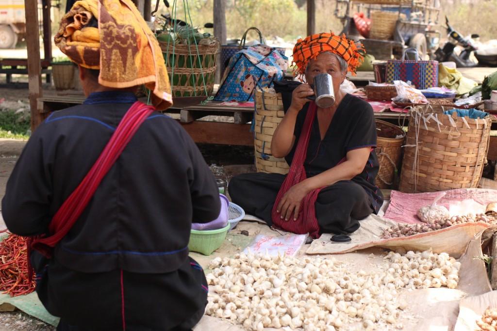 Femmes au marché sur le lac Inle