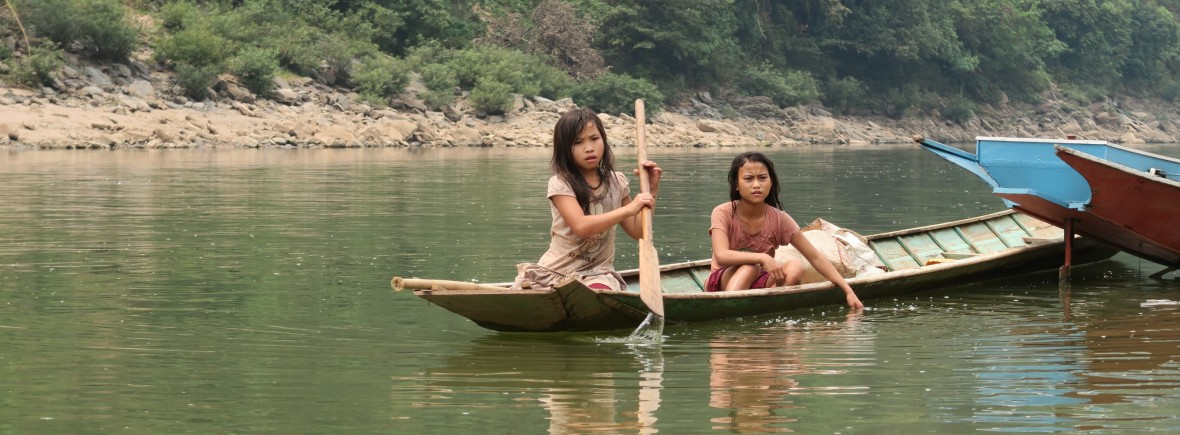 Enfants sur un bateau à Muang Khua
