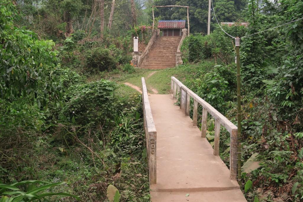 pont devant le temple bouddhiste de muang ngoi
