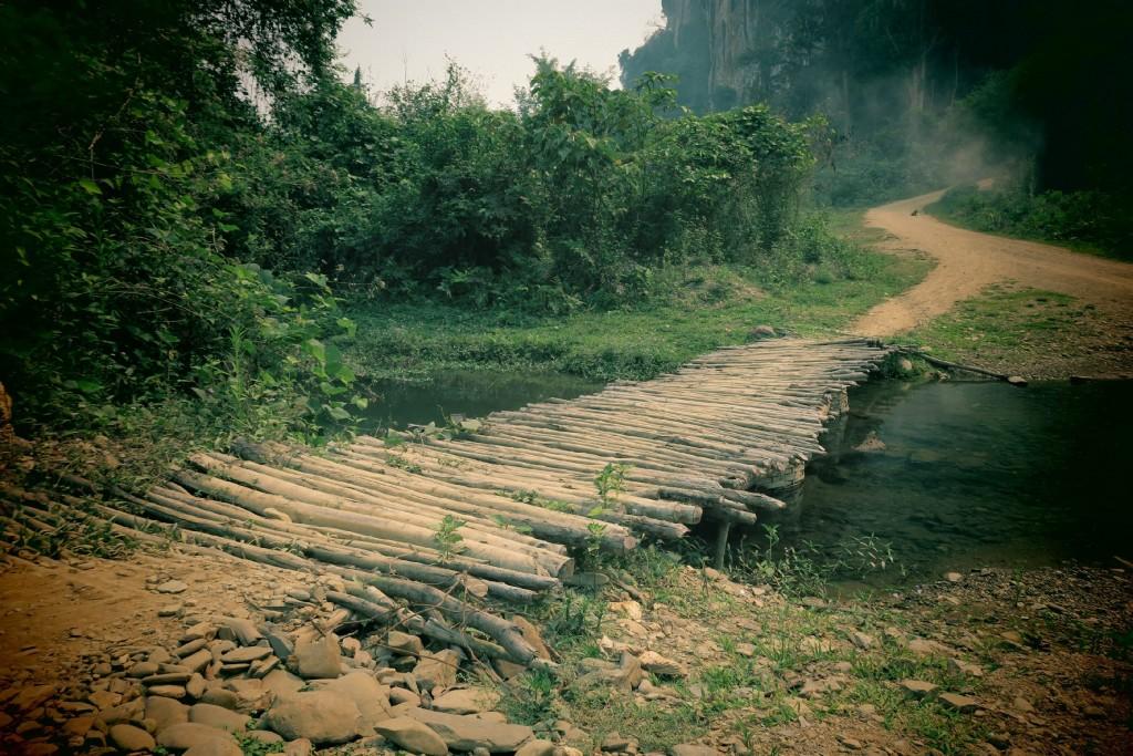 pont lors d'une randonnée à muang ngoi