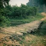 pont lors d'une randonnée à muang ngoi au laos