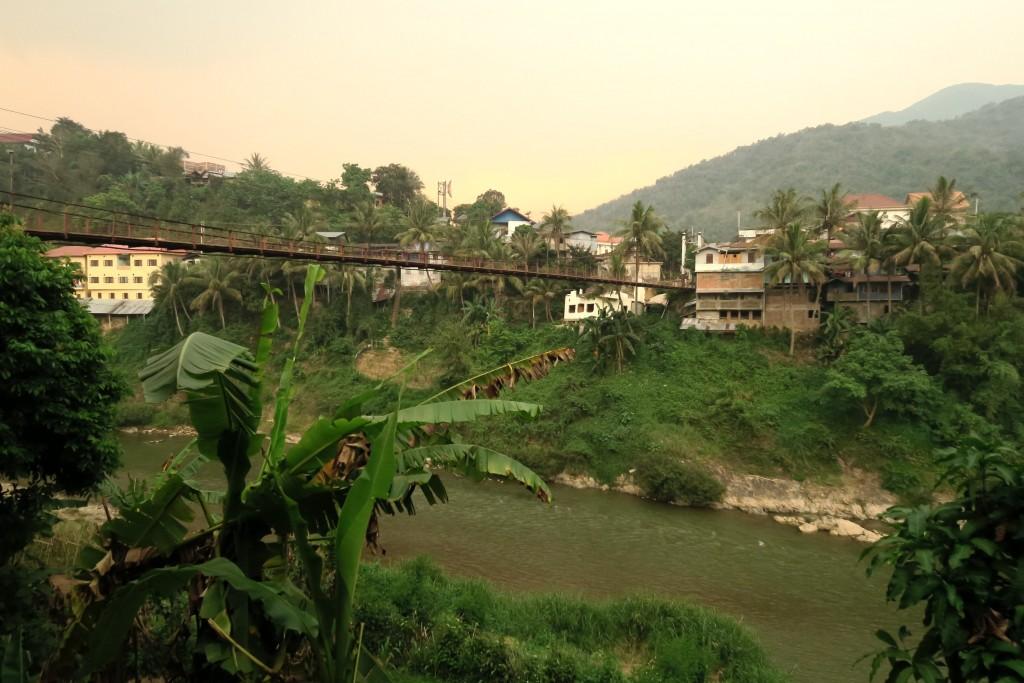 vue sur Muang Khua et le pont en metal