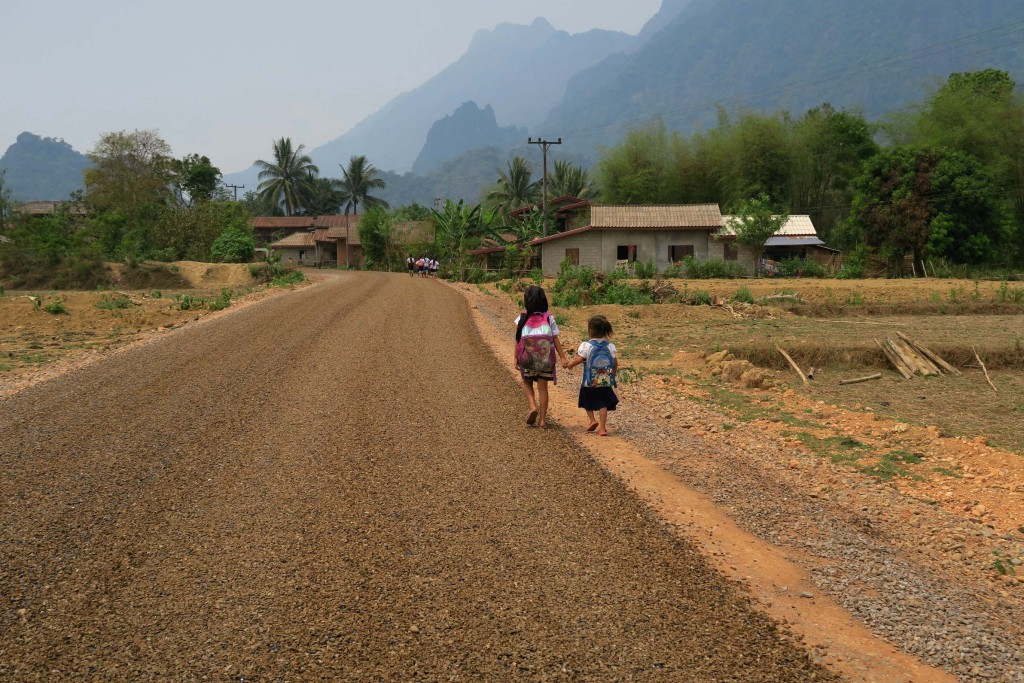 filles vang vieng en randonnée juste avant nong khiaw