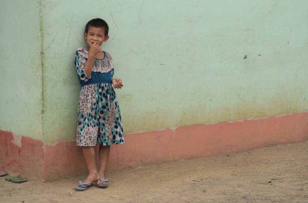Fille dans le village de Bansamsaath près de Nong Khiaw