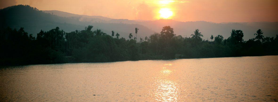 coucher de soleil au bord de la riviere à Kampot. Vue depuis le eden eco lodge