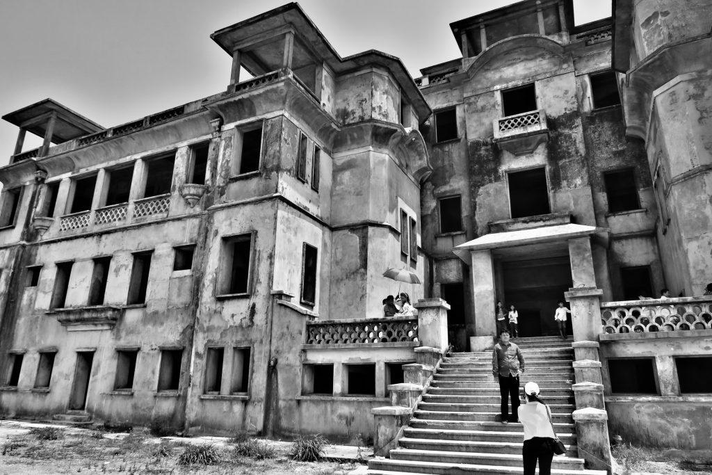 Hoteldésaffecté Bokor Palace dans le parc naturelle du Bokor à coté de Kampot